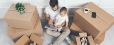 Ojciec z synem przeglądają tablet, urządzają razem mały salon